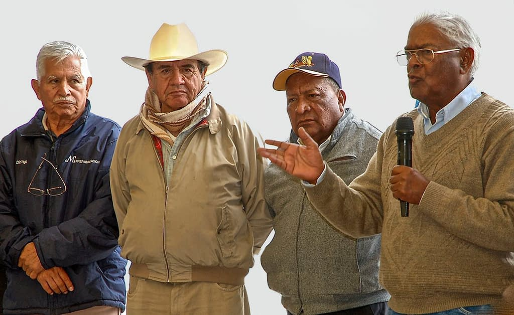 Sanjaya Rajaram (right) speaks during a field day for scientists and staff at the CIMMYT experimental station in Toluca, Mexico, in 2013. (Photo: CIMMYT)