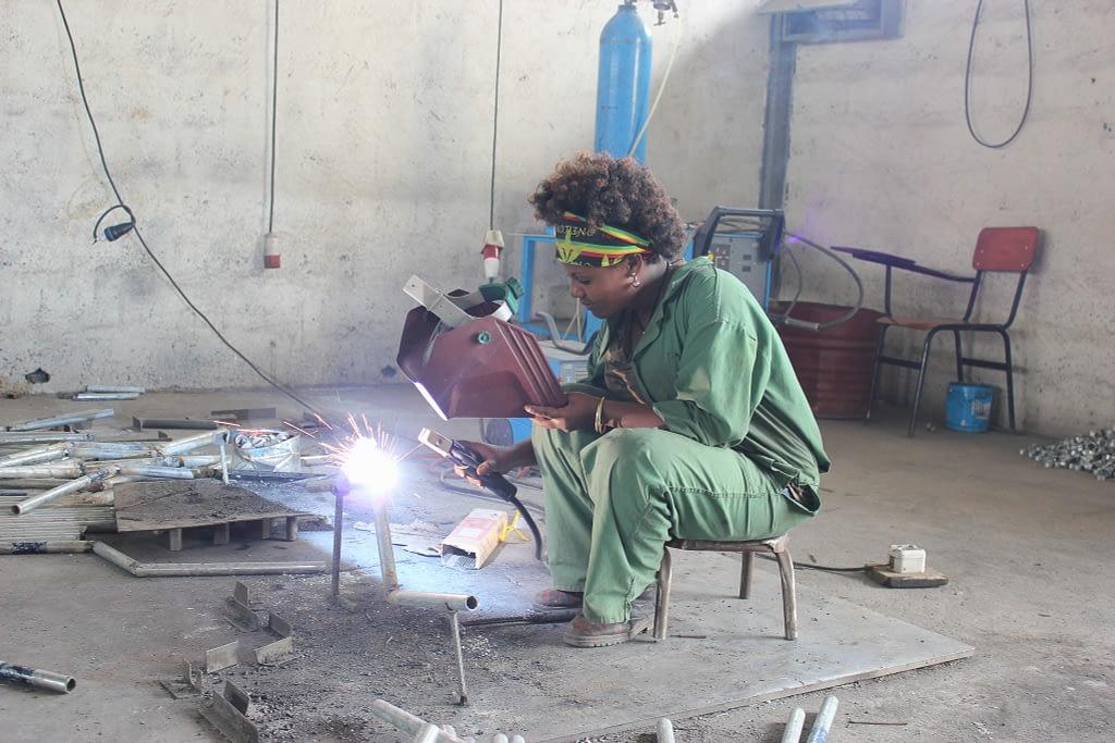 Local female artisan, Hawassa, Ethiopia. (Photo: CIMMYT)