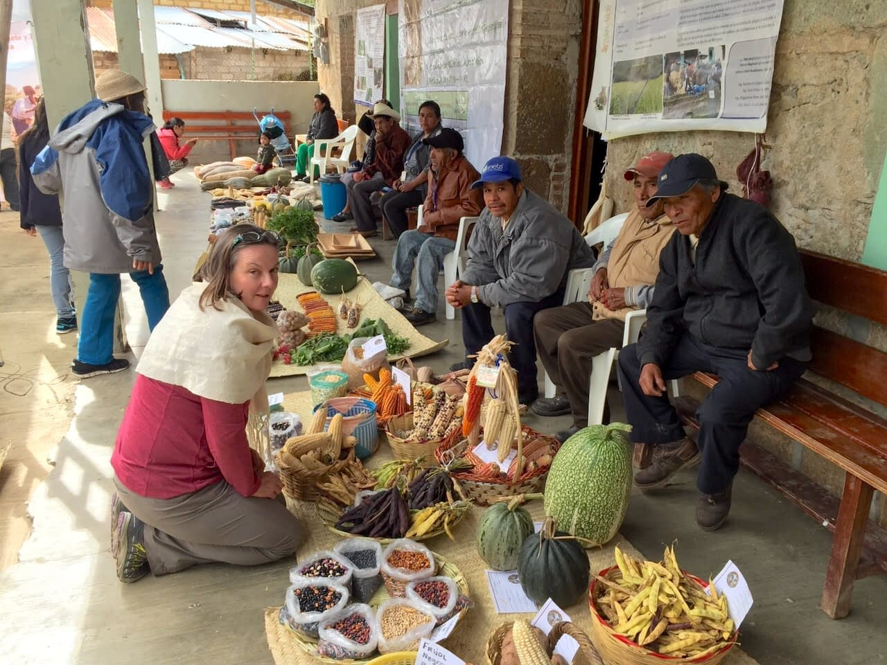 Martha Willcox (left) with farmers and their milpa products in Santa María Yavesía, Oaxaca state, México. (Photo: Arturo Silva/CIMMYT)