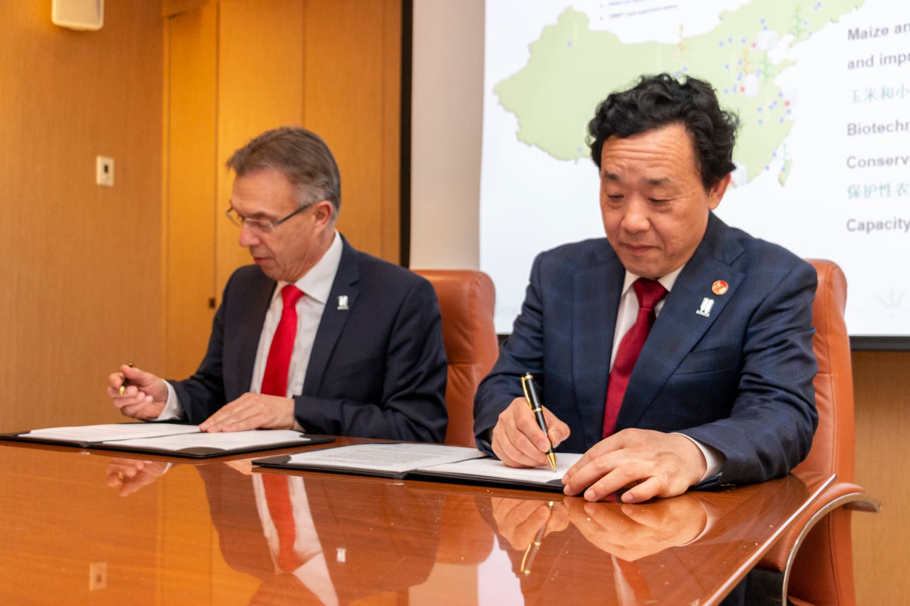 CIMMYT's director general Martin Kropff (left) and vice minister Qu Dongyu sign a memorandum of understanding for the establishment of a joint laboratory for maize and wheat improvement. (Photo: Gerardo Mejía/CIMMYT)