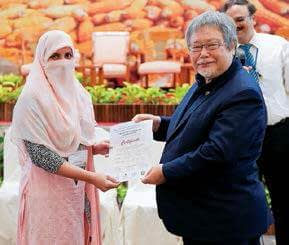 Maize scientist Dr. Saira Bano from Pakistan is presented an award for best poster by Dr. Hiroyuki Konuma, Assistant Director General of FAO RAP