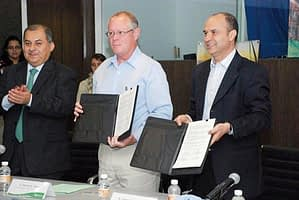 Left: Belisario Domínguez Méndez, Director General of Productivity and Technological Development for Mexico Subsecretary of Agriculture, SAGARPA; middle: Tom Short, Deputy Director General of CIMMYT Corporate Services; Javier Valdés, Director General of Syngenta México.