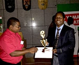 Kennedy Lweya, Seed Business Development Specialist for East and Southern Africa, receives an award on behalf of CIMMYT during the Seed Trade Association of Malawi Congress and Expo. Photo: CIMMYT