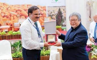 Dr. B.M. Prasanna, Director of the CIMMYT Global Maize Progam, receives a plaque of appreciation from FAO and APAARI for his contributions to the successful organization of the conference and for strengthening regional maize research and development partnerships.