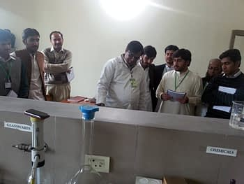 Participants visiting the food technology laboratories. Photo: Monsif-ur-Rehman/CIMMYT