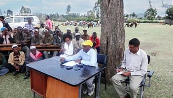 Abebech Assefa leads a discussion after the field day and collects feedback from farmers, project partner representatives and government officials. (Photo by Adefris Teklewold/CIMMYT)