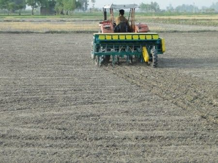 Direct seeding of rice with a multicrop direct-seeding rice planter in Sheikhupura, Punjab. Photo: Abdul Khaliq