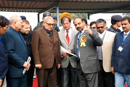 Chief-Minister-discussing-CA-in-field