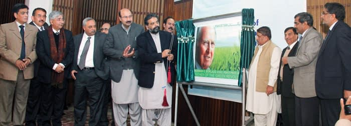 Mr. Sikhandar Hayat Khan Bossan, Federal Minister for Food Security and Research, Pakistan, unveils a new stamp to commemorate the 100th birthday in 2014 of late wheat scientist and Nobel Peace Prize Laureate, Dr. Norman E. Borlaug.Photo: Amina Khan/CIMMYT